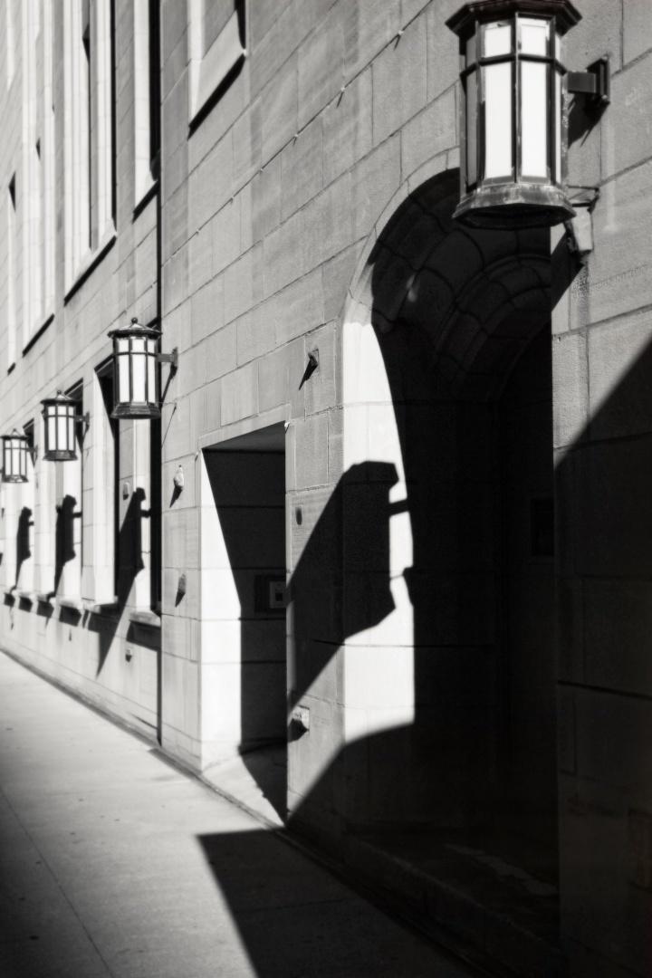 Une rue à Chicago Une belle vue d'une rue de Chicago. Cette photographie a été prise dans le centre ville, près de la Boucle. Photographie: Digitale sur Papier et Canevas. Dimensions: 30 H x 20 L
