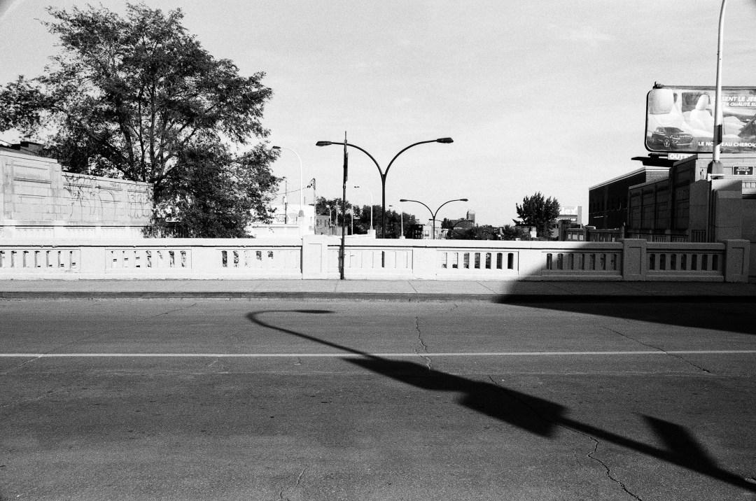 Petit jeu d'ombres sur un pont du quartier de Rosemont à Montréal.  Photographie: film noir et blanc numérisé sur papier.