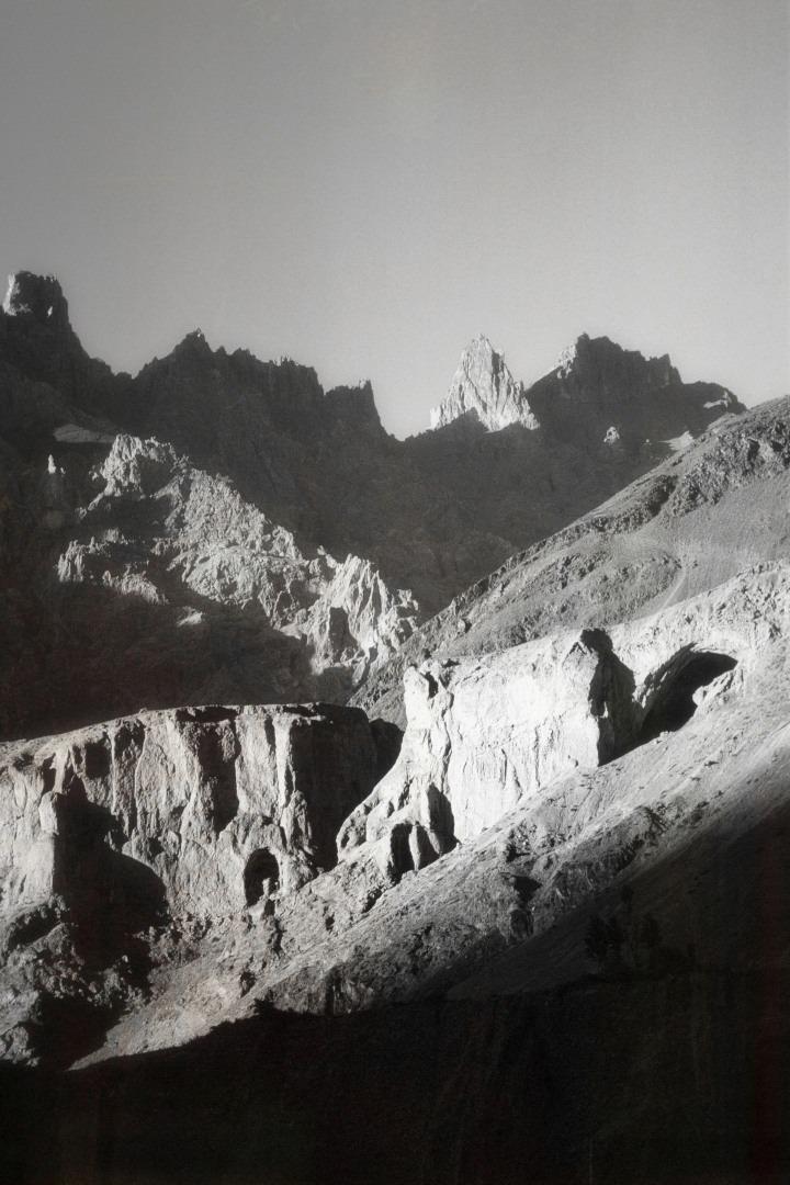 Une vue de la montagne prise dans le Nord Pakistan Une vue d'un paysage montagnard prise pendant une randonnée dans la chaine de montagnes du Karakorum. Photographie: Digitale sur Papier et Canevas. Dimensions: 24 H x 16 L