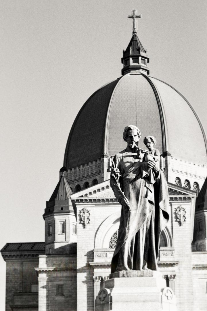 L'oratoire St Joseph de Montréal Une belle photographie prise pendant une balade hivernale à Montréal. L'oratoire St Joseph est visible derrière la statue au premier plan.